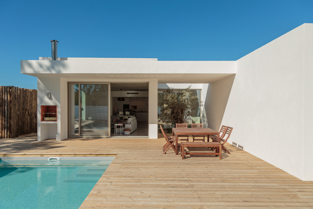 modern-house-with-garden-swimming-pool-and-wooden-1000px